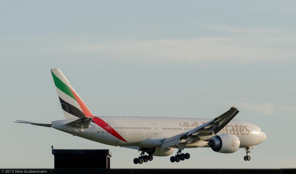 Emirates_B77L_A6-EWI_ZRH150628_02