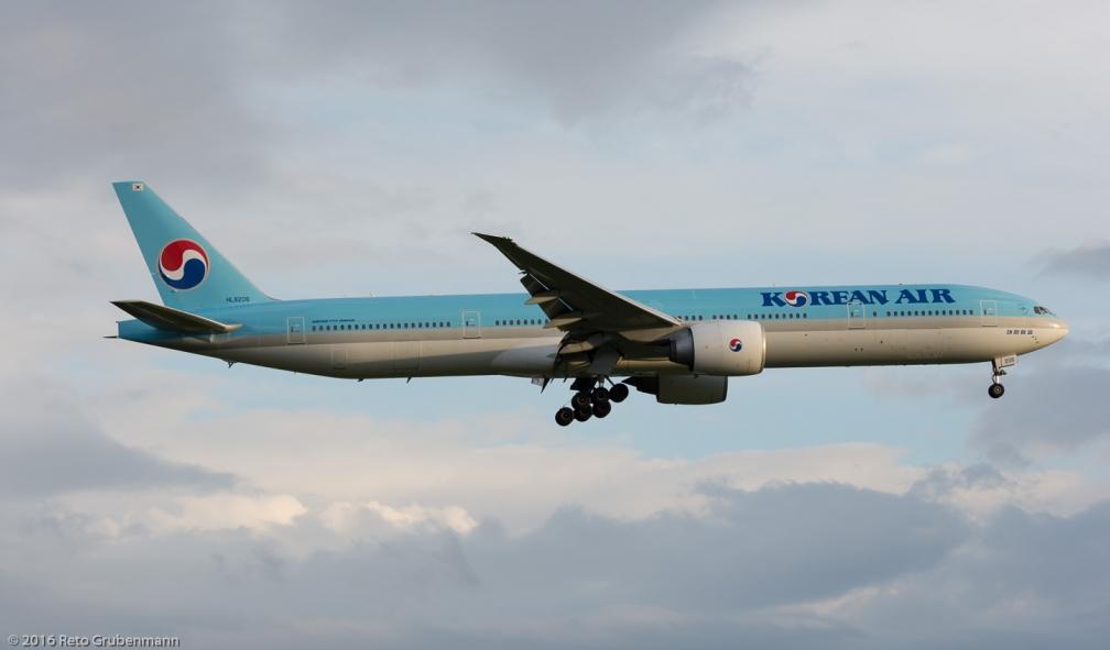 KoreanAir_B77W_HL8208_ZRH160702