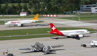 PegasusAirlines_A320_TC-DCG_HelveticAirways_A319_HB-JVK_DakotaHeritage IncOwnerTrust_DC3_N473DC_ZRH160813
