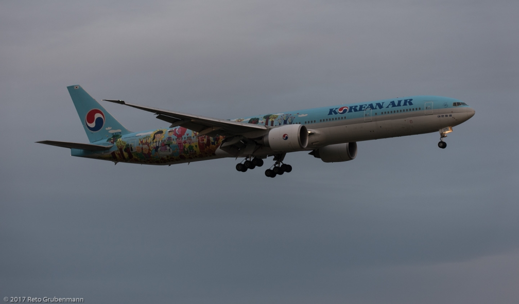 KoreanAir_B77W_HL8275_ZRH170812_01